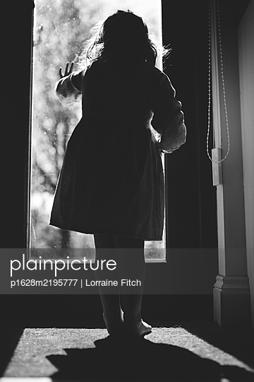 Child standing at the door - p1628m2195777 by Lorraine Fitch