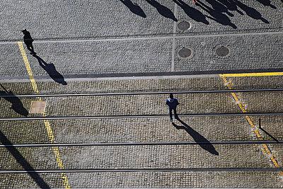 Fußgänger werfen ihre Schatten - p1357m2161143 von Amadeus Waldner