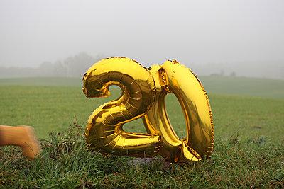 20er Ballons am Feldrand - p1519m2134479 von Soany Guigand