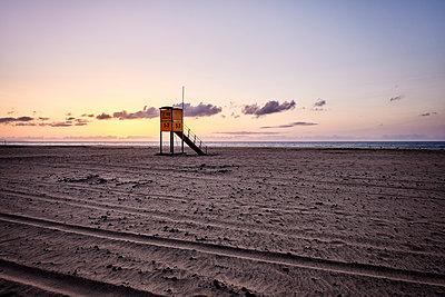 Spain, Lifeguard tower on the beach - p890m2099711 by Mielek