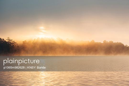 Morgensonne und Nebel über dem Chandos Lake, Kanada - p1065m982628 von KNSY Bande
