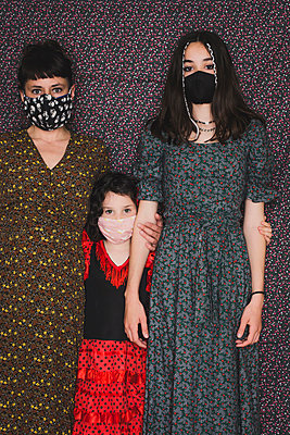 A mother and her two daughters with masks - p1150m2272395 by Elise Ortiou Campion