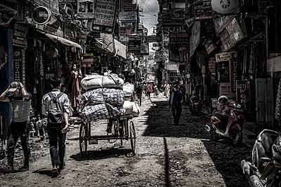 Transportrisckah in einer zerstörten Straße - p1243m1525087 von Archer