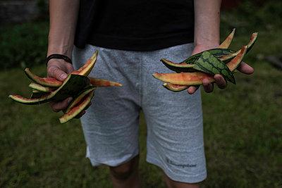 Hände mit Melonenschalen - p1422m1486726 von Vivian Rutsch