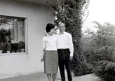 Young couple in front of house of their own - p1541m2116905 by Ruth Botzenhardt