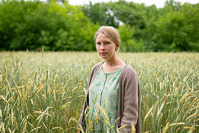 Young woman in cornfield, portrait - p1646m2258902 by Slava Chistyakov