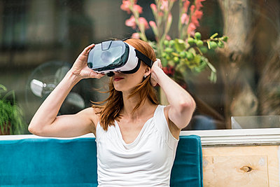 Redheaded woman wearing Virtual Reality Glasses - p300m1192040 by A. Tamboly