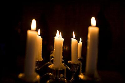 Kerzen im Dunkel - p4890010 von Charles Gullung