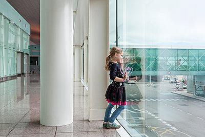 Kind am Gate - p712m1541273 von Jana Kay