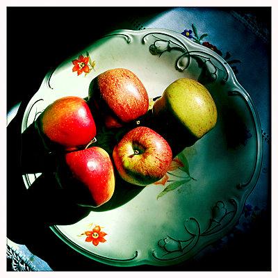 Äpfel in einer Obstschale - p979m1146589 von Werner Gritzbach