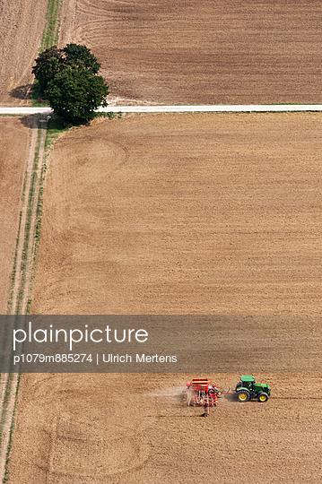 Ackerbau V - p1079m885274 von Ulrich Mertens