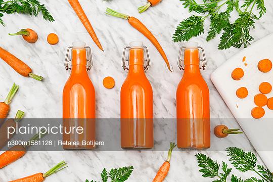 Homemade carrot juice in bottles - p300m1581128 von Retales Botijero