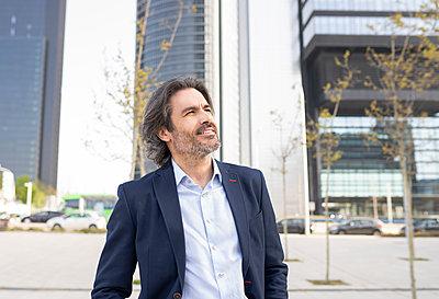 senior man and woman, in business area of 'Äã'Äãthe city, Madrid / Spain - p300m2282059 von Jose Carlos Ichiro