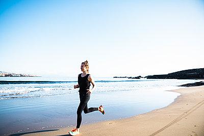 Joggerin am Strand - p713m2215858 von Florian Kresse