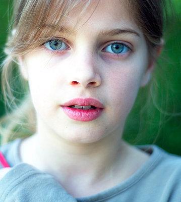 Girl looking - p896m835412 by Richard Brocken