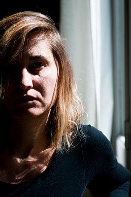 Frau zwischen Licht und Schatten - p951m2181672 von Caterina Sansone