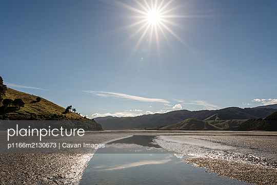 Landscape view of Cable Bay, New Zealand on a sunny day - p1166m2130673 by Cavan Images