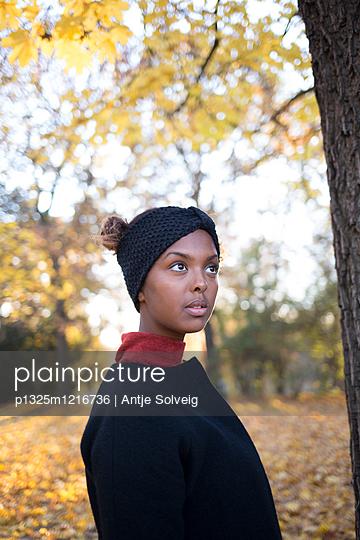 Junge Frau im herbstlichen Park - p1325m1216736 von Antje Solveig