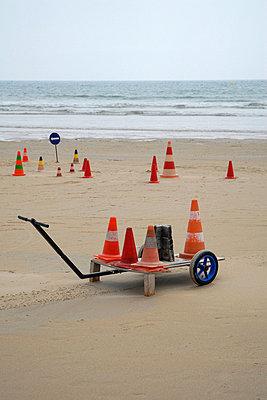 Pylonen an einem Strand - p567m667708 von AURELIAJAEGER