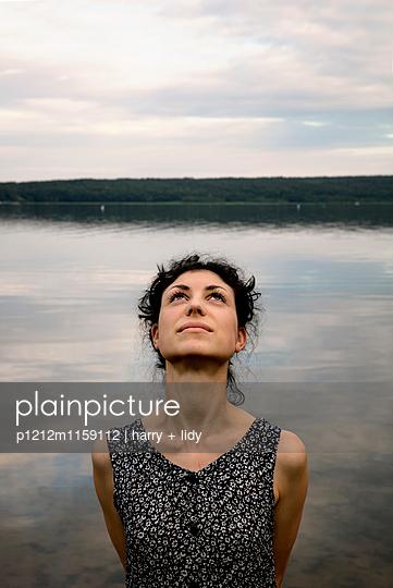 Portrait einer jungen Frau am Ufer - p1212m1159112 von harry + lidy
