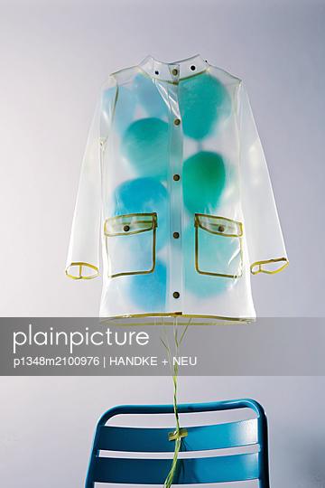 Schwebende Regenjacke - p1348m2100976 von HANDKE + NEU