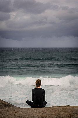 Woman looking out to sea - p1170m1444742 by Bjanka Kadic