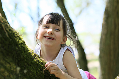Porträt eines lachenden Mädchens - p1258m1573227 von Peter Hamel