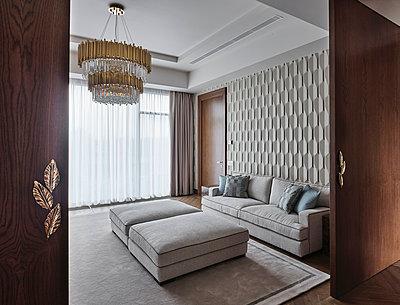 Wohnzimmer einer Villa - p390m2263707 von Frank Herfort