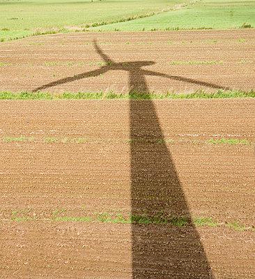 Silhouette eines Windrades - p570m816660 von Elke Röbken
