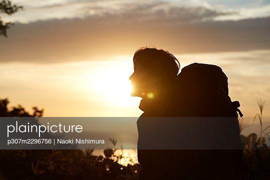 Japanese man hiking - p307m2296756 by Naoki Nishimura