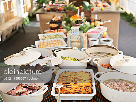 plainpicture | Photo library for authentic images - plainpicture p312m1558087 - Dishes prepared for dinner - plainpicture/Johner