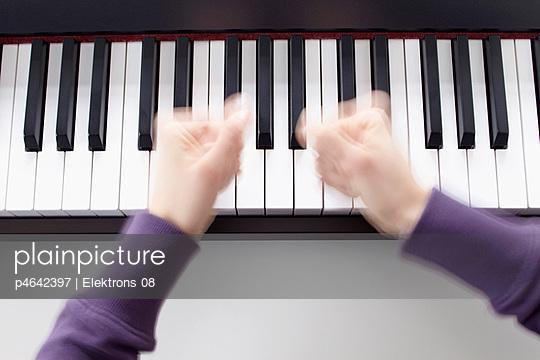 Playing the electric organ - p4642397 by Elektrons 08
