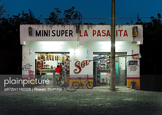 Mexikanischer Supermarkt - p972m1160328 von Rowan Thornhill
