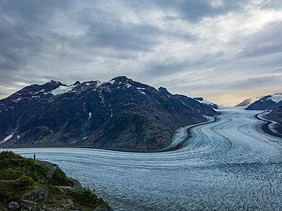 Mann am Salmon Glacier - p1455m2193336 von Ingmar Wein