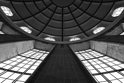 Elbe tunnel, roof construction, worm's eye view - p1686m2288564 by Marius Gebhardt