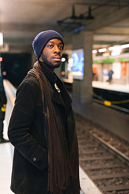 African american man waiting at underground station - p300m1562999 by Mauro Grigollo