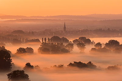 Germany, Constance district, Radolfzell and morning fog over Aachried - p300m2005672 von Brigitte Stehle