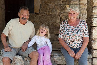 Großeltern mit Enkelin - p505m1108410 von Iris Wolf