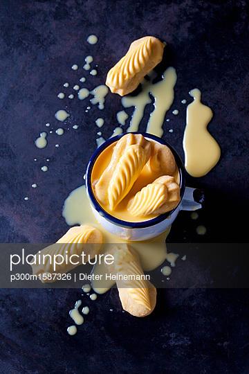 Shortcrust pastry in cup of egg liquer - p300m1587326 von Dieter Heinemann