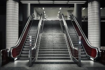 Metro, empty stairs and escalator, Hamburg, shutdown due to Covid-19 - p1276m2178415 by LIQUID