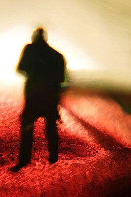 Mann steht auf Lava - p9792697 von Holthaus