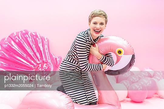 Frau spielt mit Badespielzeug - p1332m2055024 von Tamboly