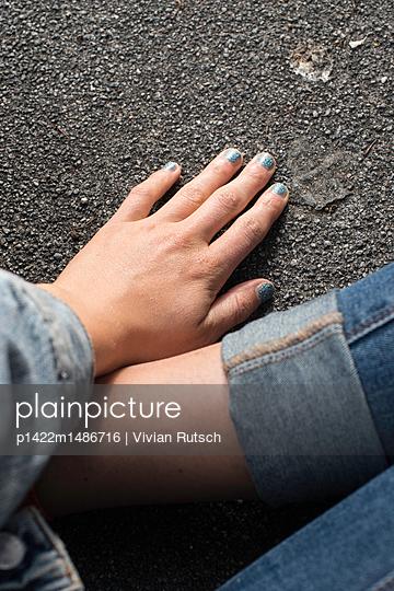 Hand mit Glitzernagellack - p1422m1486716 von Vivian Rutsch