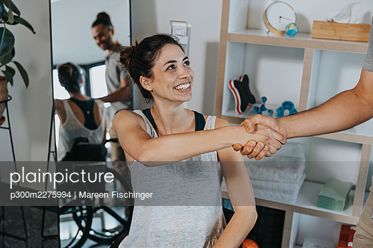 Female patient handshaking with physiotherapist in medical practice - p300m2275994 by Mareen Fischinger