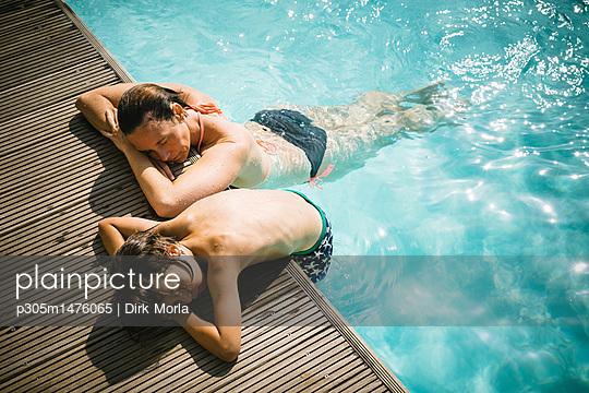 Sonnenbaden am Pool - p305m1476065 von Dirk Morla