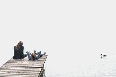 Paar entspannt auf einem Steg - p1275m1423871 von cgimanufaktur