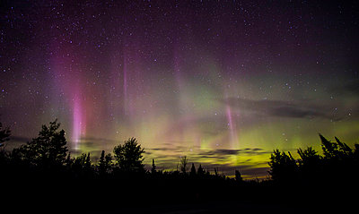 Aurora borealis in sky at night - p343m2002731 by Jeffrey Phelps photography