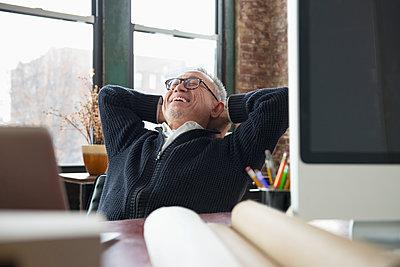 Asian businessman relaxing in office - p555m1311701 by Jose Luis Pelaez Inc