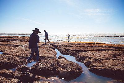 USA, California, Agate Beach, Family on the beach - p756m2254062 by Bénédicte Lassalle