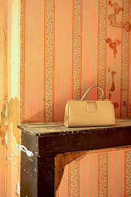 Old handbag forgotten on a fireplace - p813m900247 by B.Jaubert